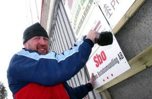 Urban Hallqvist spikar upp sponsorskyltarna så de ska synas rejält när folket kommer på fredag.