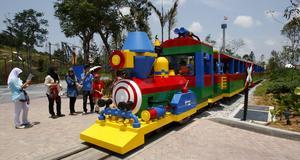 På Legoland i Malaysia finns över 40 attraktioner.