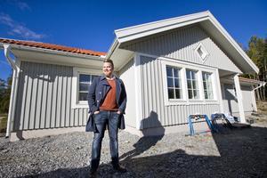 Allt nytt. Fredrik Gustavsson har byggt ett hus i det nya området Skälsta hage, fem minuters bilväg från Erikslund. Tomterna ligger vid skogskanten med utblick över åkrar och fält. Foto: Rune Jensen