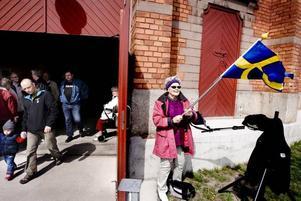 FLAGGAR. Ingalill Ansgar, från Old Singers, håller stolt i fanan vid ingången till Stora Gasklockan.