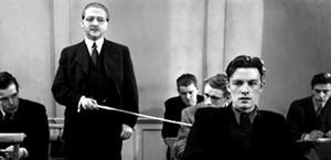 """Språkläraren """"Caligula"""" (Stig Järrel) tillrättavisar en elev (Alf Kjellin) i Ingmars Bergmans film """"Hets"""" från 1944."""