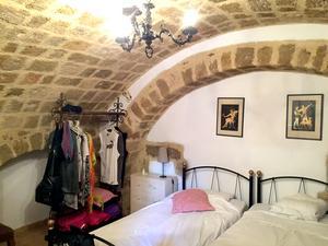 Äldsta rummet. Med svenska sängar och gamla fönster som sticker upp ur golvet.
