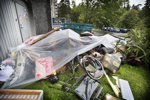 Räddningstjänsten lyfte ut allt som fanns i lägenhetsförråden till baksidan av huset.