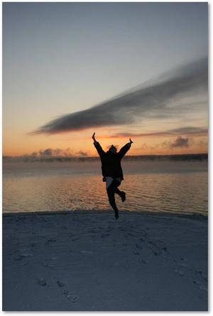 Sandra hoppar framför en soluppgång.