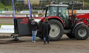 Rospiggarnas Mikael Teurnberg och tävlingsledaren Per Hillström hade kontinuerlig kommunikation med banpersonalen, här i form av Nicke