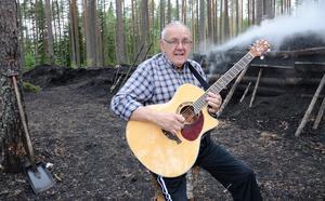 Bertil Persson har följt milarbetet i alla år och bidragit med sitt musikaliska kunnande.