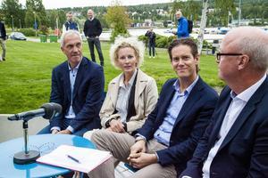 På plats under presskonferensen var från vänster Peter Holmqvist, Sofia Pettersson, Patrik Attini och Uno Jonsson. Beskedet är att det ska byggas ett hotell för minst 100 miljoner kronor.