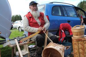 Säs Holger Andersson både tillverkar och lagar träkorgar. Några besökare hade även träffat på honom i Röros.
