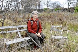 Potential. Det ser Kerstin Svärd då hon tittar ut över det gamla koloniområdet intill riksväg 50. Att det har varit en livlig plats märks. Flera gamla utemöbler och trädgårdsredskap finns kvar.