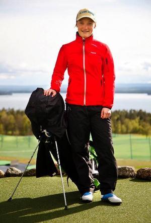 Golfsäsongen är i full gång. För länets tävlande talanger innebär det ett evigt resande. Lina Axner (ÖFG), uppmärksammad av landslaget, har Stockholm som närmsta tävling i helgen. Foto: Denny Calvo.