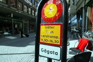 Bakom den här skylten på gågatan blev barnvagnen påkörd av en minibuss i går vid 14.30. Foto: Patrick Sjöö