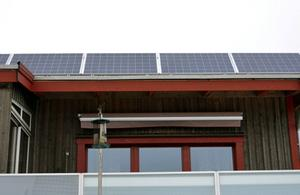 Åke Mård installerade solceller på sitt miljöhus i Juniskär.