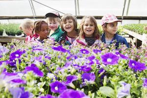 Att titta på blommor är kul, tycker barnen på Kilsmyrans förskola.
