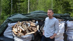 Patrik Karlin, fritidskonsulent på Örnsköldsviks kommun. 200 kubikmeter ved servar han friluftsmänniskorna med varje år.