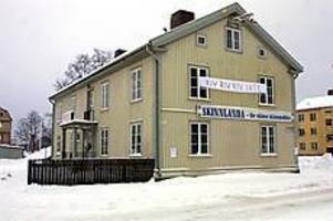 Arkivbild Står stadigt? Porslinsfabrikens kontorsbyggnad har varit rivningshotad länge. Ett hot undanröjdes i går.