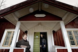 Stugan, som heter Soltorp, ligger några hundra meter från gårdens huvudbyggnad där Bo och Marita Haraldsson bor. De har provbott stugan för att känna efter vad som saknas och vad som ger trivsel.