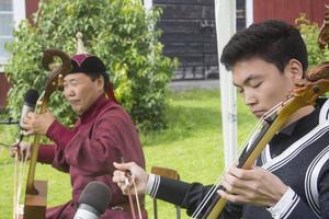Fiolerna är byggda av Erdenebaatar Gombodorj, som här spelar tillsammans med sonen Munkhbayar.