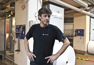 """OROLIG. Ralf Kotzmann har jobbat i tio år vid tryckeriet i Gävle. """"Det känns förstås väldigt tråkigt"""", säger han om att tio tjänster ska bantas vid Mittmedia Produktion i Gävle."""