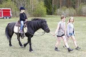En ridtur på hästen Windy. På hästryggen Alva Björnsdotter Nässi. Framför hästen Lovisa Johansson och Julia Valström.