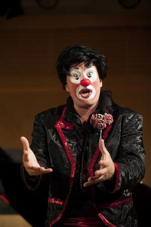 Sångaren Joakim Berg och pianisten Johan Ullén har tidigare arbetat som clowner och musiker i en berättelse om Don Quijote. Nu har de utvecklat det vidare till föreställningen
