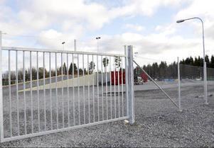 Här, från utsidan av grinden, kan hammerdalsborna titta in på sin nya, fina, återvinningscentral.