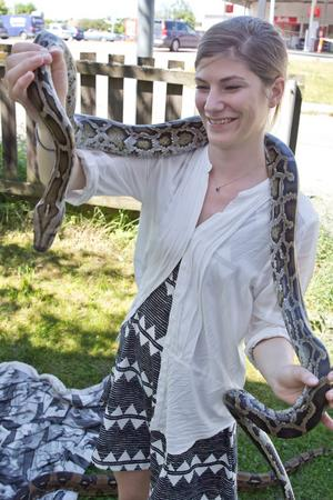 VLT:s reporter Julia Löndal Jonsson bekantar sig med en av ormarna.