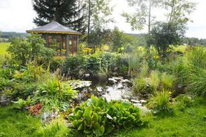 Ute i trädgården finns många olika platser där man ska kunna stanna till för en egen stund i stillhet. En bit ner på gården finns också ett lusthus, för att man ska kunna vara nära naturen även när vädret inte lockar.
