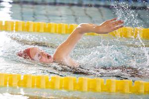 Härjedalens simklubb hade åtta simmare med i Vårsimiaden i Östersund, här Matilda Jonsson, 10 år, i frisim.