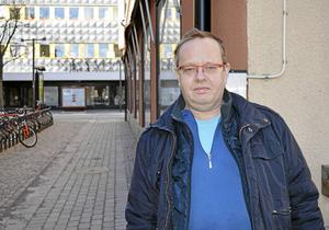Michael Åkesson har flyttat tillbaka till Borlänge för att återfå sitt dalmål och hitta kärleken.