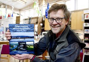 Gustaf Forssell med ett exemplar av den 400-sidiga boken som tryckts i 2000 exemplar.