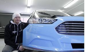 Tobias Johansson bygger nya bilar i verkstaden i Brovallen.