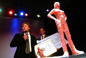 Novums Mikael Nordlund och Lars Hasselgärde tar emot priset för Årets tillväxtföretag.