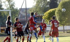 Falumålvakten Mikael Wiklund boxar bort ett Valboinlägg.