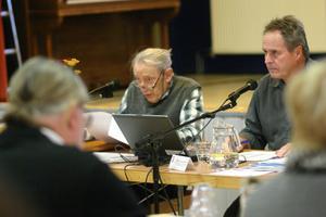 Ålderman Axel Ingmar leder första Avestas första kommunfullmäktige efter valet. Första gången var år 1986. Fullmäktiges seketerare Göran Johansson ses till höger.