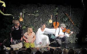 Dans- och musikskolans elever och lärare bjuder förskolebarn i Falun på musikteatern Över stock och sten. Lärarna står på scenen och teatermusiken spelar elever med sina olika instrument. Foto: Ilse Vornanen