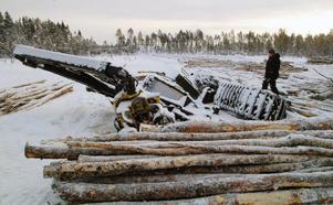 Så här såg det ut när det kändes som mest hopplöst. I smällkyla låg skördaren fastfrusen i isen och blev liggande i tre veckor innan den kunde bärgas.Foto: Ingvar Ericsson