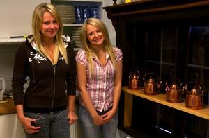 Sockerkakor. Caroline Sundqvist och Maja Widmark berättar att de brukat baka ibland, men i sommar lär det bli mer av den sorten. Caroline inledde med att baka tre sockerkakor till en stor grupp moderater som besökte Gammelgården under onsdagen.