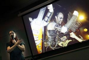 """Jon Jefferson Klingberg med en av sina bilder på temat """"death metal"""" underSpektakeldagarnas Pecha Kucha."""