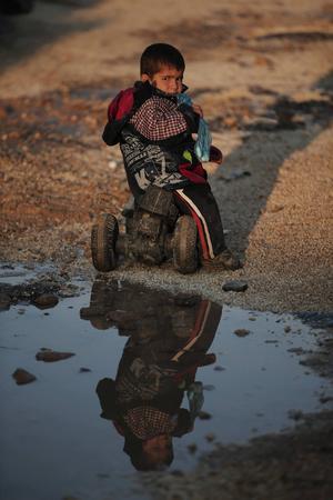 Pojken är en kurdisk flykting som flytt striderna i Kobani.