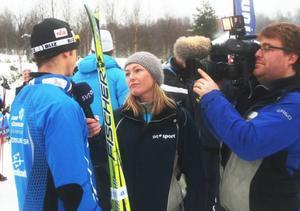 Yvette Hermundstad, på jobb i sitt hemlän, intervjuar Anders Södergren, efter premiären i Bruksvallarna.