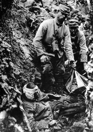 Franska soldater i skyttegrav på västfronten. Nästan 1,4 miljoner fransmän stupade under första världskriget. Foto: TT