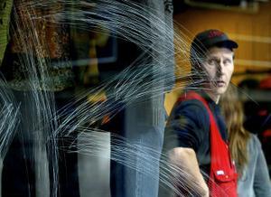 Flera fönsterrutor har blivit helt sönderrepade i city. Glasmästare Leif Sundling tror att vandalerna använder sig av ett slags stålritsar.