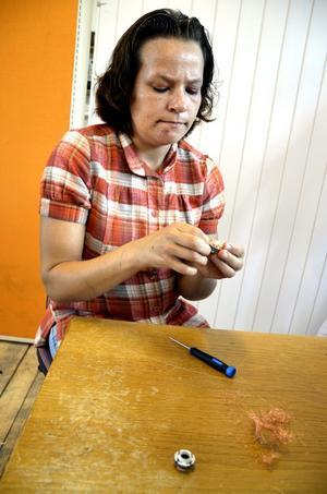 Pilligt.Lillemor Röjlar surrar loss koppartråd från en av beståndsdelarna till en dator.