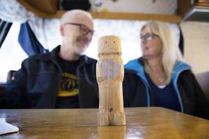 Den snidade trägubben visar på att det är Karl-Arnes och Anettes tur att bestämma plats för Campingveteranernas nästa äventyr.