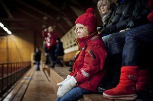 Liten blir stor. Tillie Reimfelt Kratz studerar de stora ryttarna. Hon är bara sex år, men har ridit sedan hon var tre och hon vet vad det handlar om.