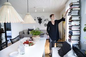 Allrummet där familjen samlas kring matbordet är hemmets hjärta. Ann-Sofi hittade en listig lösning på förvaringen av maken Jespers kokböcker.  En pilasterhylla där bokryggarna ger färg åt rummet.    Ann-Sofis har en förkärlek för svart och vitt blandat med accentfärger.  De flesta av möblerna kommer från Ikea.