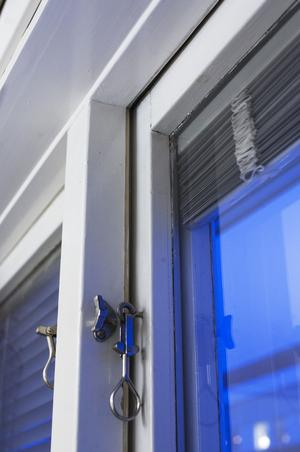 Att stänga den övre fönsterhaken också spar energi i hushållet.