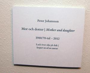 Informationen bredvid de tavlor som Peter Johansson upplyser om att de är gjorda i lack över olja på duk.