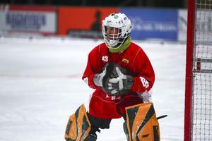Jonas Svensson på måndagens träning. Målvakten kan spela bandy igen efter den mystiska sjukdomen som drabbade honom förra vintern.