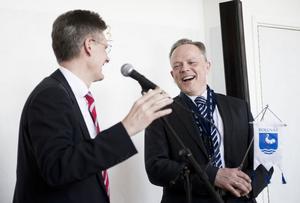 Aleris divisionschef Peter Graf lämnade över fyra nycklar till affärschef Mikael Ryd som får ansvar för Voxnadalens hälsocentral i Alfta, specialistmottagningen i Söderhamn, Bollnäs hälsocentral och Bollnäs sjukhus.